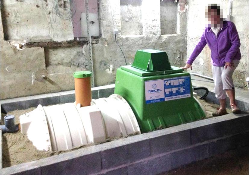 Installation hors-sol d'une micro-station d'épuration Tricel Novo FR6 dans un garage par Terreo Assainissement